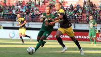 Duel Irfan Jaya (Persebaya) vs Roni Beroperay (Barito Putera) di Stadion Gelora Bung Tomo, Surabaya, Selasa (9/7/2019). (Bola.com/Aditya Wany)