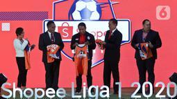 Menteri Pemuda dan Olahraga Zainudin Amali (tengah) bersiap memperlihatkan jersey saat Launcing Shopee Liga 1 2020 di Jakarta, Senin (24/2/2020). Shopee Liga 1 2020 yang berlangsung 29 Februari hingga 1 November 2020 itu diikuti 18 klub terbaik Indonesia. (Liputan6.com/Johan Tallo)