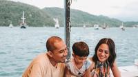 Andien liburan bareng suami dan anak. (Foto: Instagram @andienaisyah)