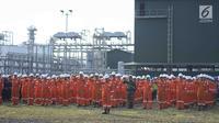 Sejumlah karyawan SKK Migas mengikuti upacara bendera HUT ke-74 RI di kilang JOB Pertamina-Medco EP Tomori Sulawesi, Sabtu (17/8/2019). Upacara digelar guna menumbuhkan rasa cinta Tanah Air serta mengenang jasa pahlawan yang berjuang meraih kemerdekaan Indonesia. (Liputan6.com/Immanuel Antonius)