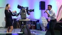 Mahasiswi mencoba menjadi kameramen saat memproduksi program acara di studio Indosiar di Daan mogot, Jakarta, Rabu (29/5/2019). Kunjungan mahasiswa Virginia University ke Indosiar tersebut untuk melihat bagaimana cara produksi sebuah program televisi dibuat. (Liputan6.com/Angga Yuniar)