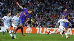 Barcelona kembali memperoleh peluang pada menit ke-18. Kali ini giliran sundulan Luuk de Jong yang belum menemui sasaran usai menerima umpan dari tendangan bebas Memphis Depay. (AP/Joan Monfort)