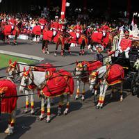 Kereta kencana pembawa duplikat bendera pusaka memasuki Istana Merdeka saat Upacara Peringatan Detik-detik Proklamasi Kemerdekaan ke-73, Jakarta, Jumat (17/8). HUT ke-73 RI mengambil tema Kerja Kita Prestasi Bangsa. (Liputan6.com/HO/Bian)