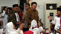 Cagub DKI Jakarta, Basuki Tjahaja Purnama (tengah) saat menghadiri peringatan Maulid Nabi Muhammad SAW 1438H di Jakarta, Minggu (15/1). Kedatangan Ahok disambut ratusan anggota Relawan Nusantara. (Liputan6.com/Helmi Fithriansyah)
