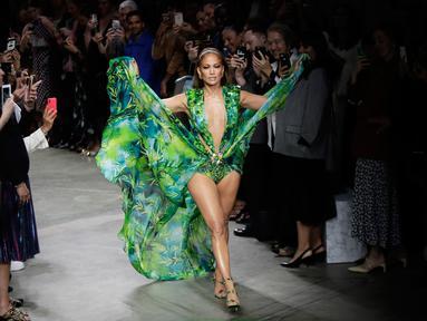 Bintang pop dan aktris Jennifer Lopez berjalan di catwalk menutup peragaan busana Versace untuk Spring/Summer Collection 2020 pada Milan Fashion Week 2019, Jumat (20/9/2019). Jennifer Lopez mengenakan versi baru gaun hijau ikonis yang pernah ia gunakan di Grammy Awards 20 tahun lalu. (AP/Luca Bruno)