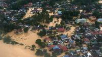 Salah satu kota yang paling parah terendam banjir ialah Kota Bharu. Tinggi air di sana mencapai atap rumah.