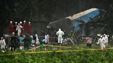 Tim penyelamat menyusuri bangkai pesawat Boeing 737 yang jatuh di Havana, Kuba, Jumat (18/5). Lebih dari 100 orang meninggal akibat insiden tersebut. (AP Photo/Ramon Espinosa)