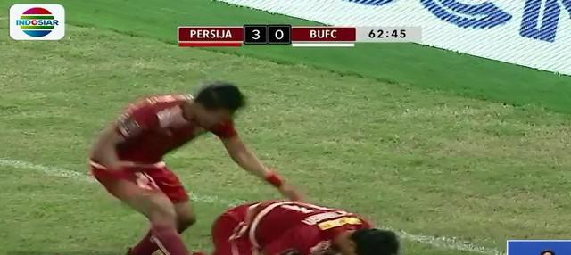 Bermain dihadapan Presiden Joko Widodo bersama puluhan ribu penonton di Stadion Gelora Bung Karno, Persija terus menggempur Bali United.