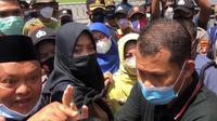 Wakil Bupati Berau, Gamalis, menunjuk seorang warga yang berunjuk rasa menolak pembangunan pabrik kelapa sawit. (foto: istimewa)