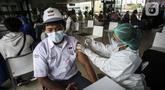 Seorang pelajar menjalani vaksinasi COVID-19 gratis di Stasiun MRT, Jakarta, Jumat (23/7/2021). Penyuntikan vaksin COVID-19 dosis pertama tersebut berlangsung pada 22-24 Juli 2021. (Liputan6.com/Johan Tallo)