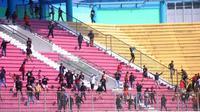 Para suporter tim putri Persija Jakarta saat mencoba menyebut tribune suporter Persib Bandung dalam laga di Stadion Maguwoharjo, Sleman, Rabu (8/10/2019).