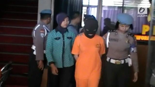 A-L, seorang selebgram beserta suaminya ditangkap polisi karena gelapkan uang investasi tas mewah hingga 12 miliar rupiah.