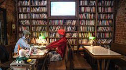 Manekin, ditempatkan di beberapa meja untuk menjaga aturan sosial di restoran dan kafe di Istanbul (1/6/2020). Banyak fasilitas lain termasuk taman, pantai, perpustakaan, dan museum juga dibuka kembali di seluruh negeri, sementara jutaan pegawai sektor publik kembali bekerja. (AFP Photo/Ozan Kose)