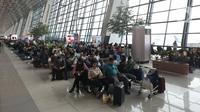 Calon penumpang menunggu penerbangan di Terminal 3 Bandara-Soekarno Hatta, Tangerang, Banten, Minggu (22/12/2019). Manajemen Bandara Soekarno-Hatta menyiapkan 478 pesawat ekstra untuk mengantisipasi lonjakan penumpang saat mudik libur Natal dan Tahun Baru. (Liputan6.com/Angga Yuniar)