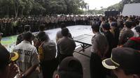 Personel TNI-Polri saat mengikuti gladi bersih persiapan final Torabika Bhayangkara Cup 2016 di Stadion Utama Gelora Bung Karno, Senayan, Jakarta, Sabtu (2/4/2016). (Bola.com/Nicklas Hanoatubun)