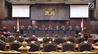 Suasana sidang uji UU BUMN di Jakarta, Senin (5/3). Mahkamah Konstitusi mengelar sidang pengujian UU No 19 tahun 2003 tentang Badan Usaha Milik Negara dengan agenda pemeriksaan pendahuluan. (Liputan6.com/Angga Yuniar)