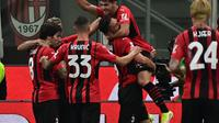 Pemain AC Milan merayakan gol yang dicetak Olivier Giroud ke gawang Cagliari dalam laga giornata kedua Serie A Liga Italia, Minggu (30/8/2021) dini hari WIB. AC Milan menang telak 4-1 dalam laga tersebut. (MIGUEL MEDINA / AFP)