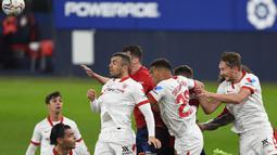 Bek Sevilla, Diego Carlos (kedua dari kanan) melompat melepaskan sundulan yang berbuah gol pertama timnya ke gawang Osasuna dalam laga lanjutan Liga Spanyol 2020/21 pekan ke-24 di El Sadar Stadium, Plampona, Senin (22/2/2021). Sevilla menang 2-0 atas Osasuna. (AFP/Ander Gillenea)