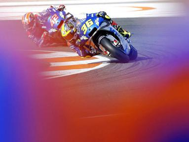 Pembalap Suzuki, Joan Mir, dibuntututi Alex Rins, saat beraksi pada balapan MotoGP Eropa di Sirkuit Ricardo Tormo, Valencia, Minggu (8/11/2020). Joan Mir finis pertama dengan catatan waktu 41 menit 37,297 detik. (AP/Alberto Saiz)