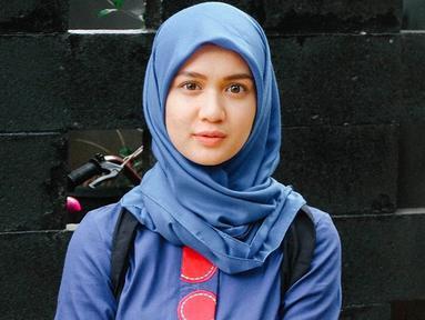 Wanita yang dulu dikenal dengan nama Dea Imut ini memang punya gaya penampilan yang fashionable. Di beberapa momen, Dea Annisa tampil anggun dan memesona dalam balutan hijab. Kali ini mengenakan hijab berwarna biru yang senada dengan pakaiannya. (Liputan6.com/IG/deaaannisa)