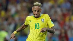 Penyerang Brasil, Neymar Jr menggiring bola saat bertanding melawan Serbia pada grup E Piala Dunia 2018 di Stadion Spartak di Moskow, Rusia (27/6). Brasil menang 2-0 atas Serbia dan melaju ke babak 16 besar dengan poin 7. (AP Photo/Andre Penner)