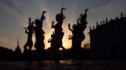 Para wanita muda menari tarian kelompok saat matahari terbenam di Palace Square, St. Petersburg, Rusia, Kamis (24/9/2020). (AP Photo/Dmitri Lovetsky)