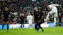 Pemain Real Madrid Casemiro (kanan) mencetak gol ke gawang Sevilla pada pertandingan Liga Spanyol di Stadion Santiago Bernabeu, Madrid, Spanyol, Sabtu (18/1/2020). Menang 2-1, Real Madrid memuncaki klasemen sementara Liga Spanyol. (AP Photo/Manu Fernandez)