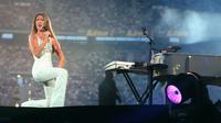 Penyanyi asal Kanada,  Celine Dion saat konser dihadapan 75 ribu penonton di Stade de France di Saint-Denis (19/6/1999). Pada tahun 1980 Celine Dion memenangkan Festival Musik Yamaha. (AFP Photo/Pierre-Frank Colombier)
