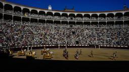 Para matador berjalan melakukan 'paseillo' atau ritual masuk ke arena sebelum adu banteng di arena adu banteng Las Ventas, Madrid, Spanyol, Minggu (4/7/2021). Adu banteng ini berlangsung di tengah pandemi virus corona COVID-19. (AP Photo/Manu Fernandez)