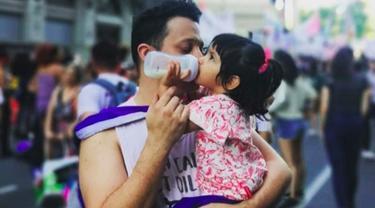 Pria gay di Argentina mengadopsi anak