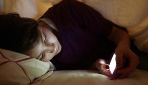 Anak-anak memiliki risiko lebih tinggi menggunakan gadget sebelum tidur ketimbang orang dewasa. (Sumber: Mirror)