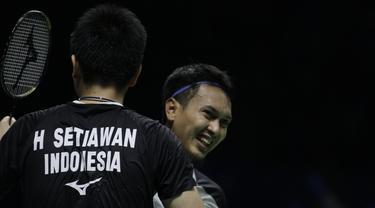 Ganda putra Indonesia, Hendra Setiawan / Mohammad Ahsan, usai mengalahkan Takuro Hoki / Yugo Kobayashi, pada Indonesia Open 2019 di Istora Senayan, Sabtu (20/7). Hendra / Ahsan menang 17-21, 21-19 dan 21-17. (Bola.com/Vitalis Yogi Trisna)