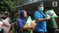 Warga membeli sembako pada Operasi Pasar di Pasar Palmerah, Jakarta, Jumat (20/3/2020). Sugar Group Companies bersama Bulog menjalankan program Gerakan Stabilisasi Pangan dengan harga murah menyusul merebaknya virus Corona atau COVID-19 di Indonesia. (Liputan6.com/Fery Pradolo)