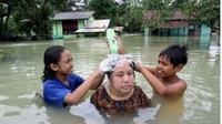 6 Kelakuan Emak-emak saat Banjir Ini Santainya Kelewatan (sumber: 1cak)
