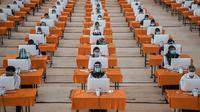Peserta mengikuti ujian Seleksi Kompetensi Bidang (SKB) di bilik khusus, di Surabaya, Selasa (22/9/2020). Badan Kepegawaian Daerah (BKD) Kota Surabaya menggelar ujian SKB yang diikuti 1.142 peserta CPNS dengan menerapkan protokol kesehatan pencegahan COVID-19 secara ketat. (Juni Kriswanto/AFP)