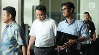 Politisi Partai Golkar, Fayakhun Andriadi (kedua kiri) saat meninggalkan Gedung KPK, Jakarta, Rabu (27/12). Fayakhun dimintai keterangan sebagai saksi dugaan suap pengadaan alat satelit monitoring di Bakamla-RI. (Liputan6.com/Helmi Fithriansyah)