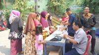 Kegiatan operasi pasar Dinas Perdagangan di Surabaya, Jawa Timur. (Foto: Liputan6.com/Dian Kurniawan)