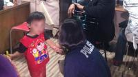 Bocah 3 tahun diduga dianiaya dan ditelantarkan di pusat perbelanjaan di Depok. Banyak luka ditemukan di tubuh dan wajahnya (Liputan6.com/Ady).