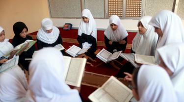 Sejumlah murid membaca kitab suci Alquran saat bulan suci Ramadan di sebuah sekolah di Benghazi, Libya, 5 Juli 2015. (REUTERS/Esam Al - Omran Fetori)