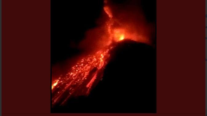 Guguran lava pijar menuruni lereng Gunung Soputan di Sulawesi Utara pads 3/10/2018 pukul 23.25 WITA. (Foto: Twitter Sutopo Purwo Nugroho)