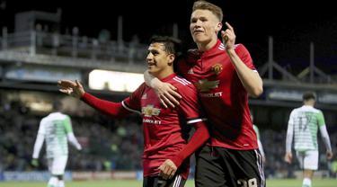 Pemain anyar Manchester United, Alexis Sanchez (kiri) merayakan gol bersama rekannya Scott McTominay saat melawan Yeovil Town pada babak keempat Piala FA di Huish Park, Yeovil, (26/1/ 2018). Setan Merah menang 4-0. (Nick Potts/PA via AP)