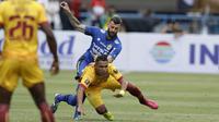Striker Sriwijaya FC, Alberto Goncalves, dijatuhkan bek Persib Bandung, Bojan Malisic, pada laga Grup A Piala Presiden di Stadion GBLA, Bandung, Selasa (16/1/2018). Persib menang 1-0 atas Sriwijaya FC. (Bola.com/M Iqbal Ichsan)