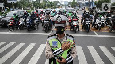 Petugas gabungan Polisi dan pengguna jalan Mengheningkan sejenak di Kawasan Jalan Fatmawati Jakarta, Sabtu (10/7/2021). Kegiatan mengheningkan cipta selama 60 detik tersebut bentuk penghormatan kepada mereka yang telah wafat karena covid-19. (Liputan6.com/Faizal Fanani)