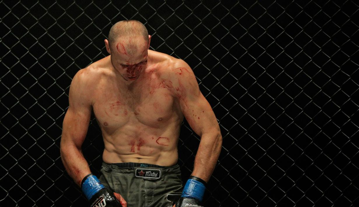 Igor Svirid petarung Kazakstanbertarung habis-habisan hingga bercucran darah melawan Luis Santos. (Bola.com/Peksi Cahyo)
