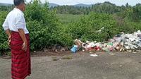 Wakil Bupati Gorontalo Utara (Gorut) Thariq Modanggu saat mendapati ada tumpukan sampah (Liputan6.com/Arfandi Ibrahim)