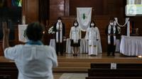 Perayaan ibadah Paskah di tengah pandemi COVID-19 di Gereja Protestan Indonesia bagian Barat (GPIB) Effatha, Minggu (4/4/2021). Ibadah rangkaian Paskah tersebut digelar secara daring dengan tetap menerapkan protokol kesehatan. (Liputan6.com/Johan Tallo)