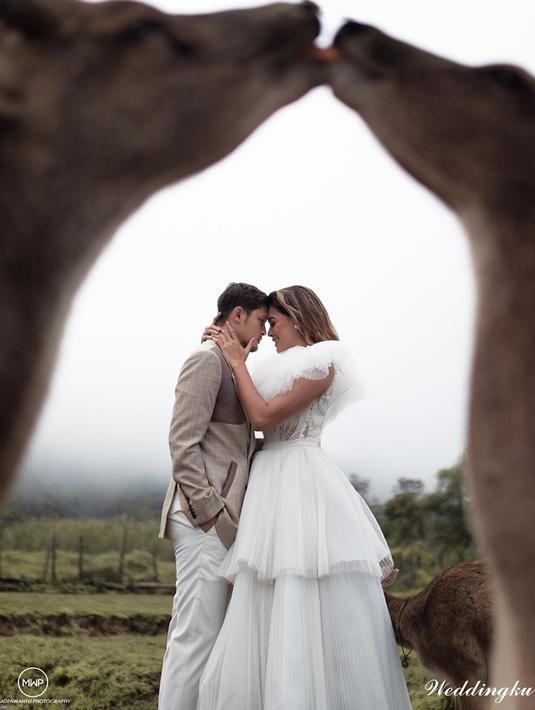 Telah resmi menjadi pasangan suami istri, Syamsir Alam dan Bunga Jelitha bicara tentang momongan. Seperti pasangan lainnya, mereka pun menanti hal tersebut dan tidak akan menunda untuk memilikinya. (Instagram/bungajelitha66)