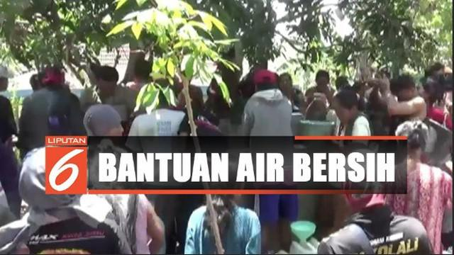 Agar pembagian merata, warga pun ditahan untuk mengambil air sebelum bak penampungan terisi penuh.