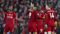 Pelatih Liverpool, Jurgen Klopp, memberikan aplaus usai menaklukkan Wolverhampton Wanderers pada laga Premier League 2019 di Stadion Anfield, Minggu (29/12). Liverpool menang 1-0 atas Wolverhampton. (AP/Jon Super)