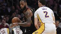 Forward Cleveland Cavaliers LeBron James (kiri) dijaga guard Los Angeles Lakers Lonzo Ball pada partai NBA 2017-2018 di Staples Center, Minggu (11/3/2018) atau Senin (12/3/2018) WIB. (AP Photo/Mark J. Terrill)